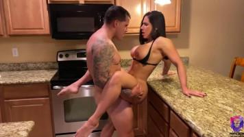 Szexi latin MILF-et gerincre vágják a konyhában