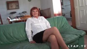 Idős francia néni pónin lovagol