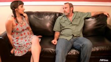Perverz apuci a lányával kefél a kanapén