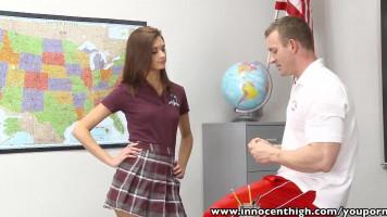 Tanár úr fenekeléssel bűnteti diáklányát