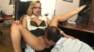 Aleska Diamond a főnökével kúr az irodában
