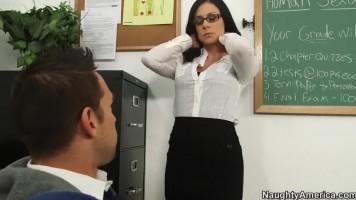 Szexi tanárnő ingyen leckéket ad a szerencsés diákfiúnak