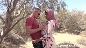 Nagymellű arab MILF élvezi, ha turistával szexelhet!
