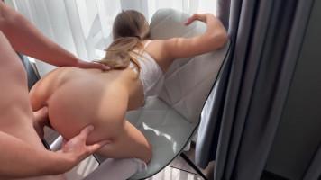 Egy kis olajozás és anál plug eltávolítás után jöhet a popsi szex