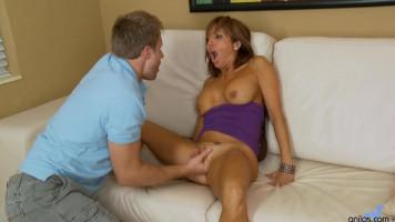 Bögyös MILF feleség finom puncijával elcsábítja a fiatal fiút