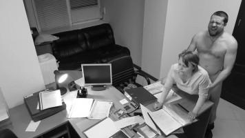 Titkárnő baszás az irodában - rejtett biztonsági kamerás felvétel