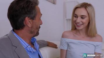Apuci barátja látogatóban: Apró tini lány közelebbről is összeismerkedik Steve bácsival