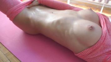 Kerek fenekű fitness csajszi cicanaciban kefél egy kemény edzés után