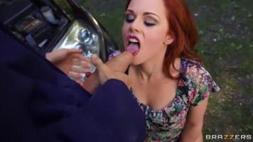 Dögös vörös pornós cicus természetben fizet az autószerelőnek