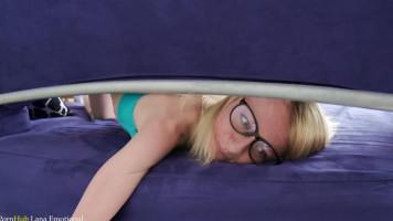 Mostoha hugi a kanapé közé szorult, úgyhogy megdugtam mindkét likát