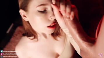 Fiatal vöröshajú lány ügyesen hegyezi a cerkát