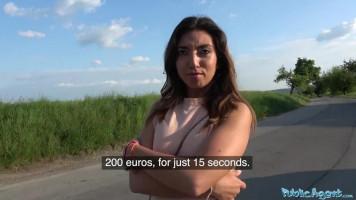 Mexikói kislány egy kis pénzért benne van az útszéli dugásban