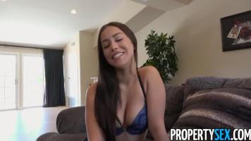 Fiatal szexi ingatlanos csajszi beleviszi az ügyfelet a jóba