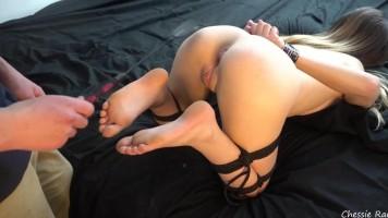 Szép természetes csöcsű lány megkötözve, és alaposan megkínozva! - Többszörös orgazmus