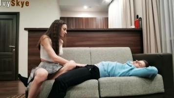 Ébresztő, anyucinak viszket a puncija! - Fiatal amatőr pár házi hancúrja