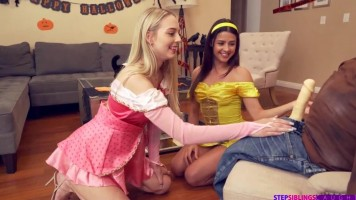 Mostoha bratyesz madárijesztőnek öltözve keféli meg a kishúgát és barátnőjét