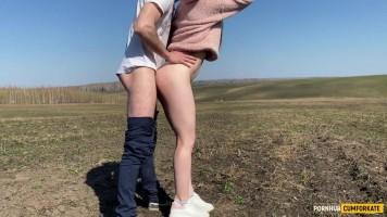 Mostoha húgi félmeztelenül visítozik a mezőn, miközben a szűk punciját farkalom!