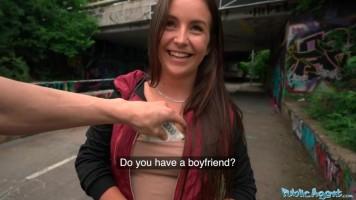 Kamu ügynök legújabb fogása egy fiatal pincérnő, aki pénzért a szexbe is belemegy!
