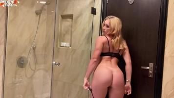 Szöszi tini csajszi csalja a párját a szállodában - Hardcore anál és orál szex