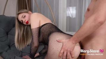Brutális punci és popsi szex egy necc cicaruhás tini bombázóval a függőfotelben
