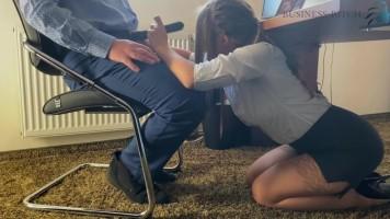 Dögös gyakornok csajszi szopja a főnök faszát az asztal alatt és még le is nyeli