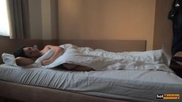Véletlen baleset a nevelőanyámmal az éjszaka közepén egy hotel szobában