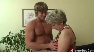 60 éves öregasszony szexel fiatal diákkal