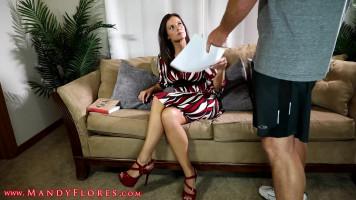 Gyönyörű mostoha anya és fia kipróbálják az anális szexet