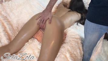 Olajos cuki fiatal lány többszörös orgazmusa masszázs közben