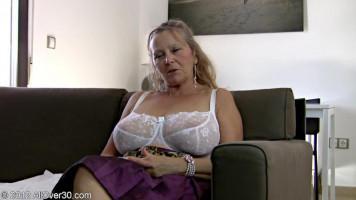 64 éves nagyi mutogatja magát és maszturbál