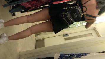 Tini lány bugyi nélkül szoknyában shoppingol